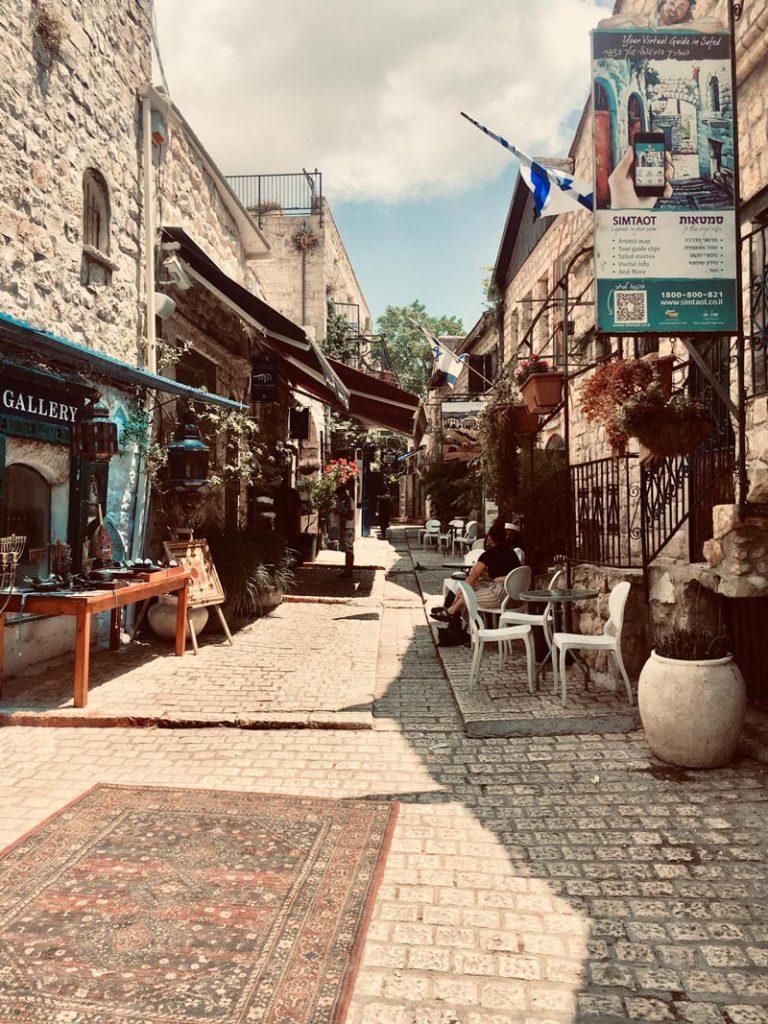 Hauptstraße Künsterviertel in Safed mit Steinwegen und alten Steinhäusern