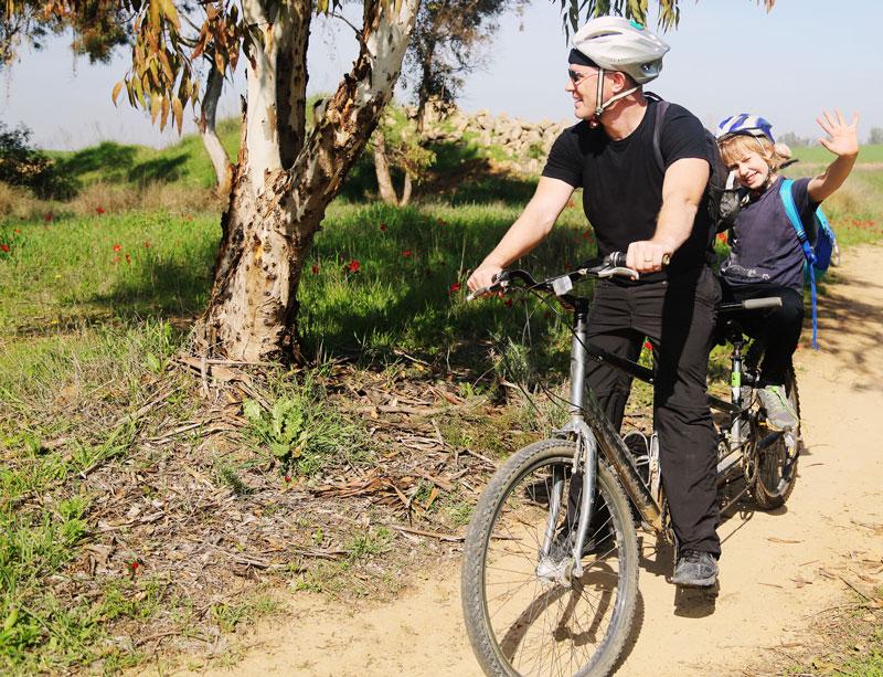 Vater mit Sohn auf dem Tandem in Israel. Shabbat bedeutet auch Zeit mit der Familie.