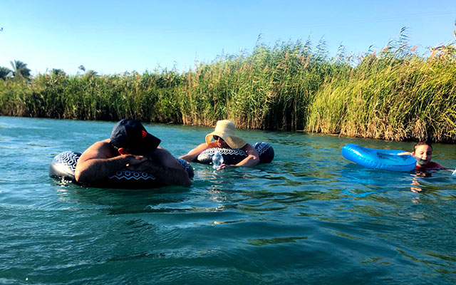 Nir David - Gäste schwimmen im Fluss. Gilboa Passion