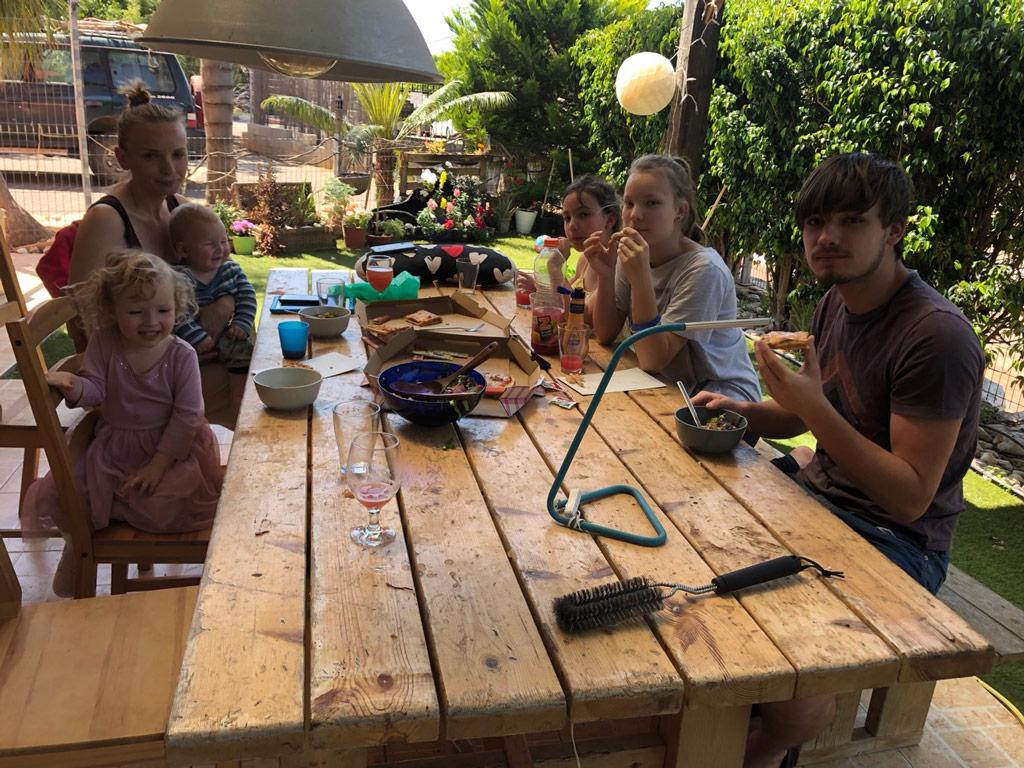 Unsere Familie am Tisch auf der Terrasse.