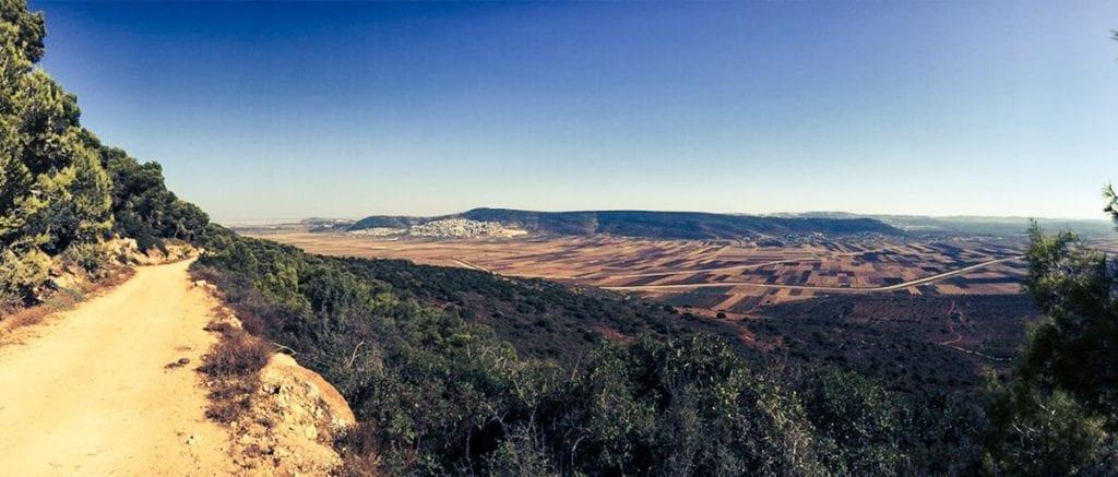 Yodfad Israel- Ausblick über das Tal und die Berge