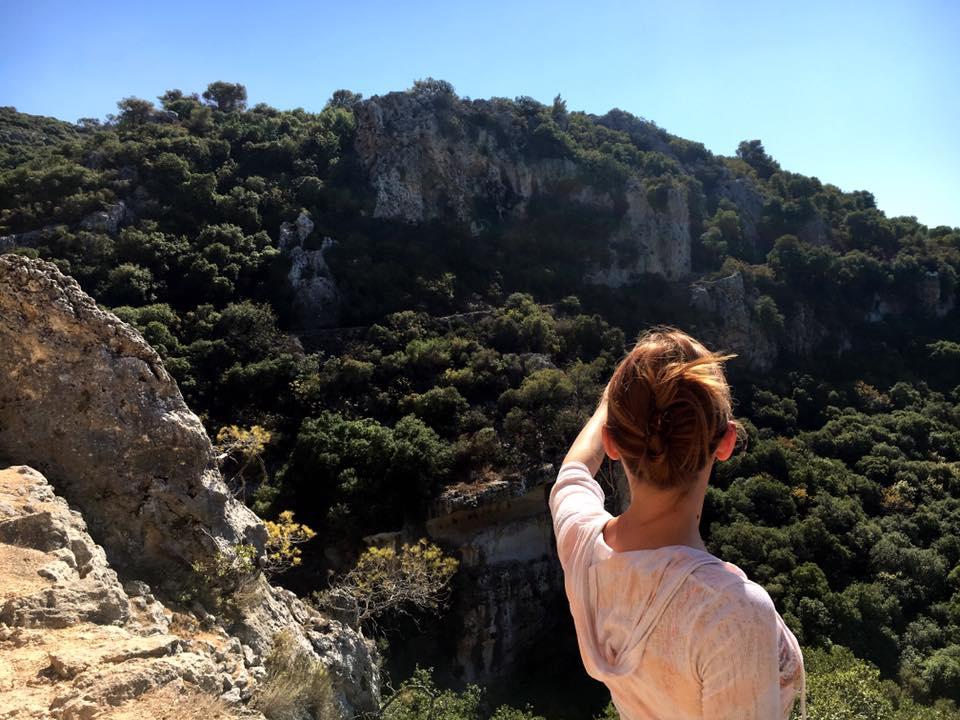 Alexandra schaut auf die Berge beim Wandern in Israel