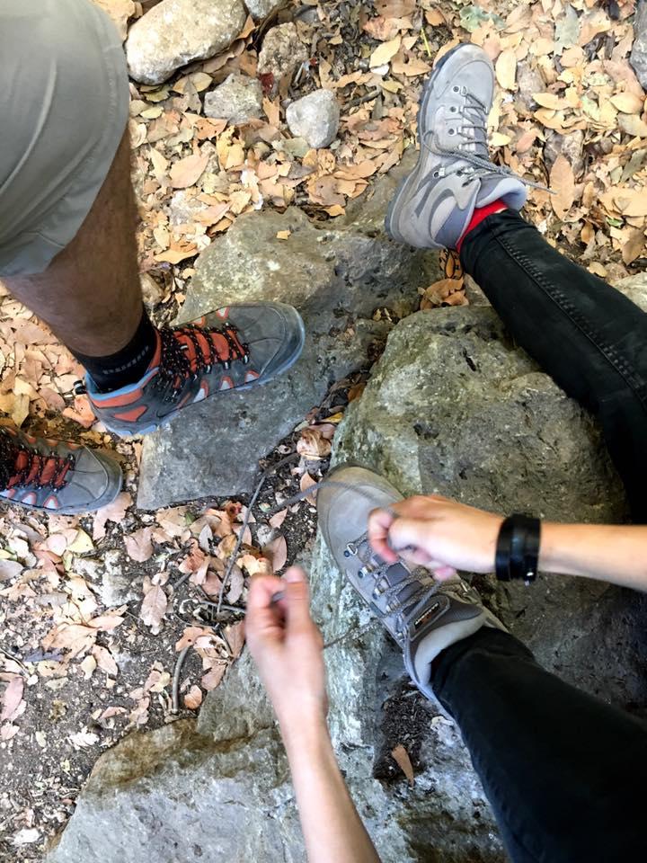 Alex und ich während einer Wanderung beim Schuhe binden