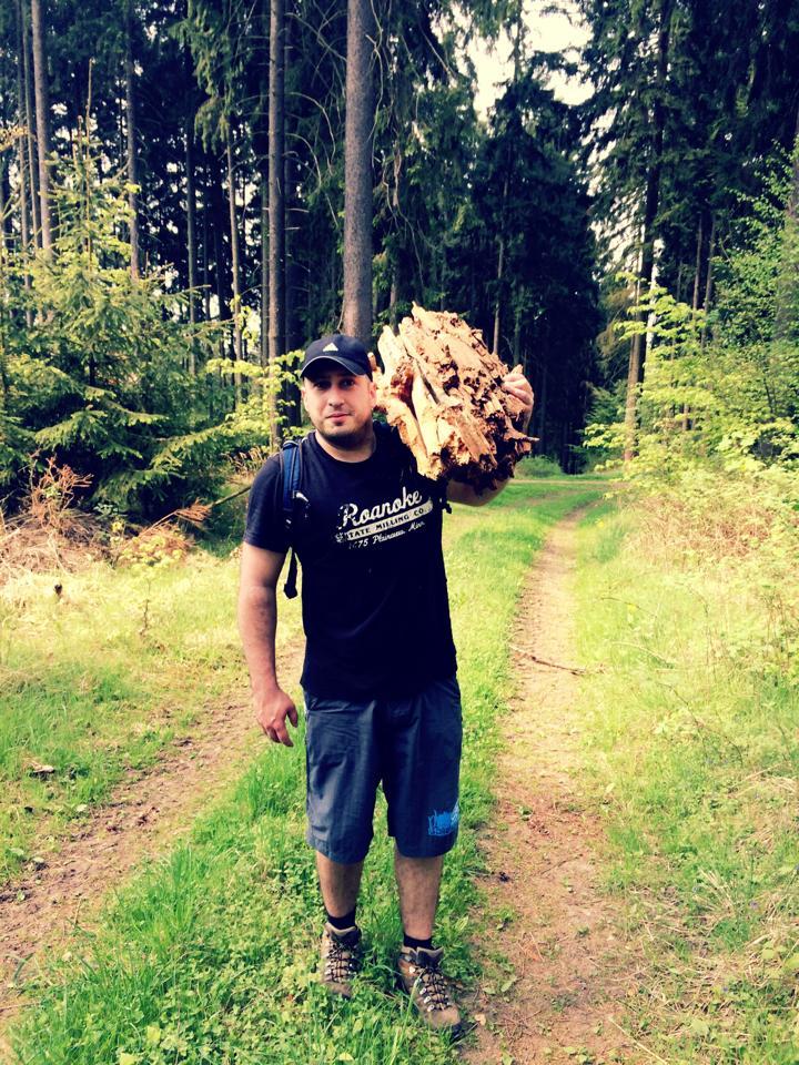 Ich im grünen Wald beim Wandern