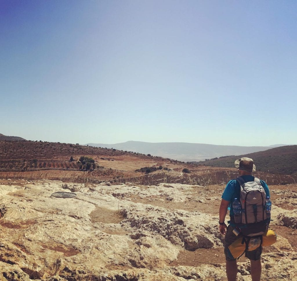 Ich schaue beim Wandern und großer Hitze auf die trockene Landschaft in Israel