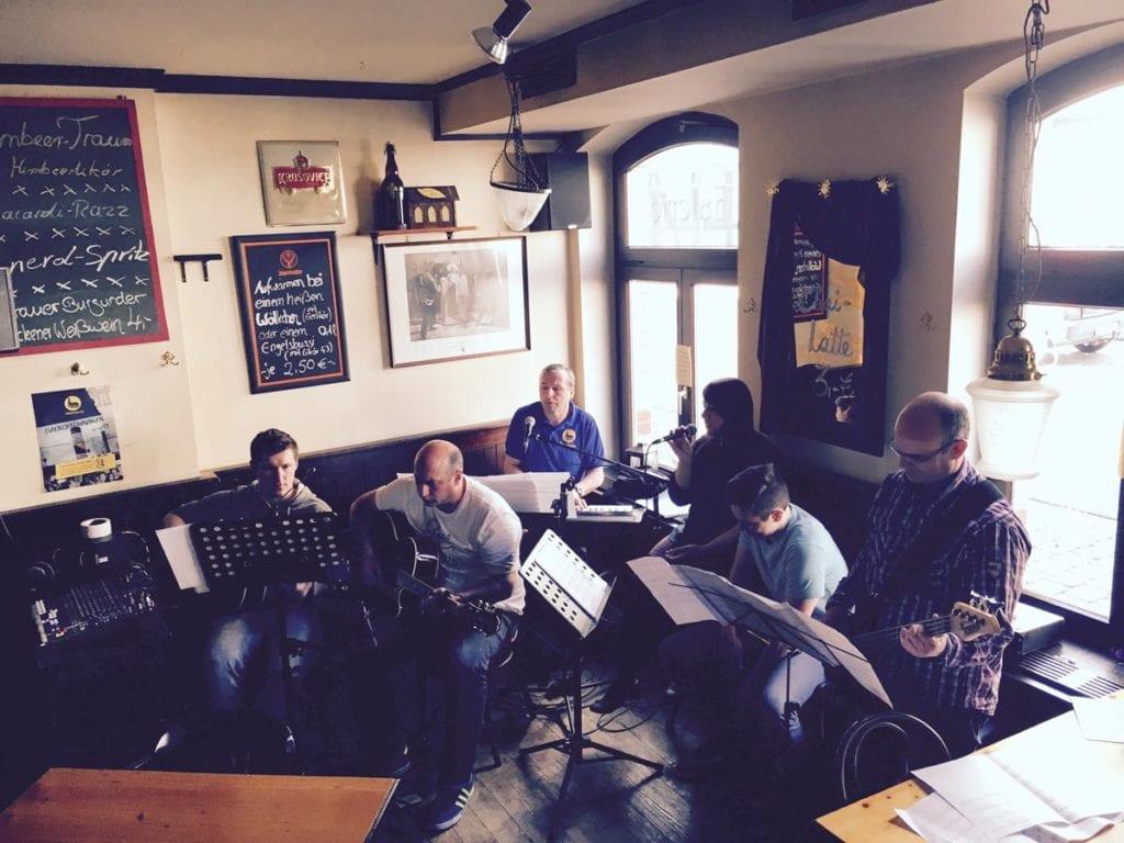 """Ich in der Band von """"Church goes Pub"""" gemeinsam mit meinen Brüdern und Freunden Musik machen"""