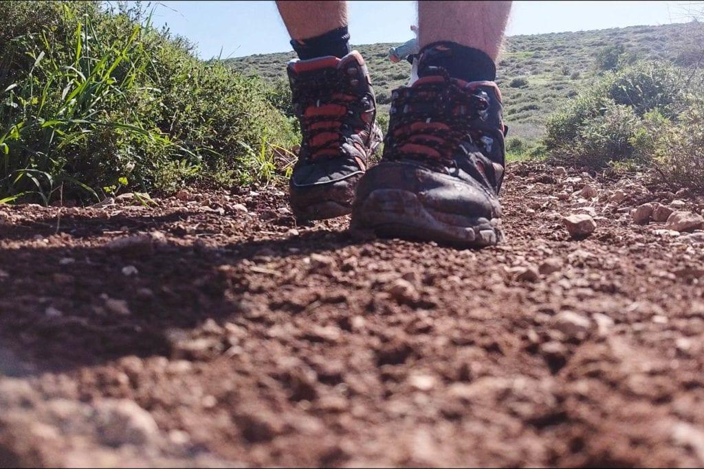 Beim Wandern im Gilboa Gebirge. Die Schuhe sind zu sehen, diese müssen passen
